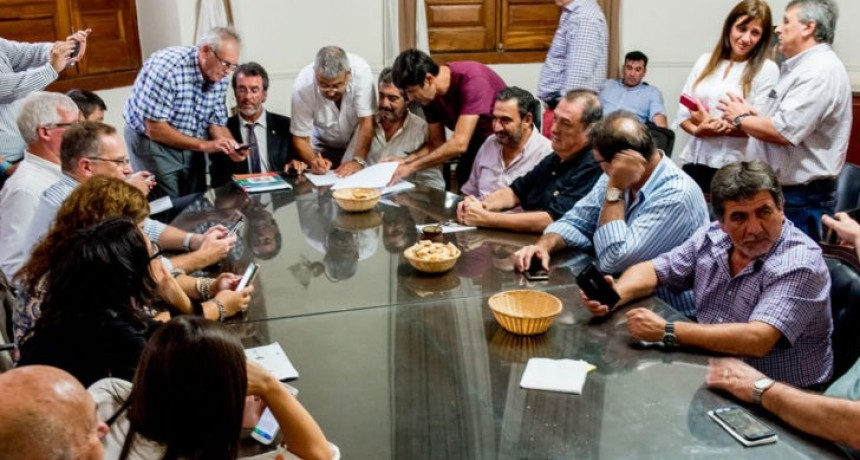 Intendentes del PJ quieren dar un 20% de aumento y se enfrentan a los del Frente Cívico