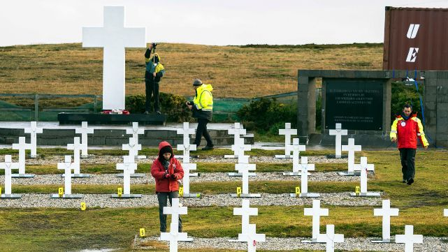 Homenaje frente a los tumbas de nuestros héroes de Malvinas
