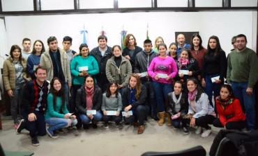 Becas estudiantiles: se hizo entrega de la primera cuota