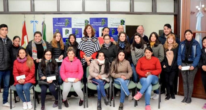 36 alumnos recibieron becas para estudios superiories