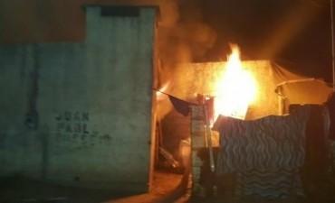 Incendiaron la casa de un presunto abusador en Barrio Luján