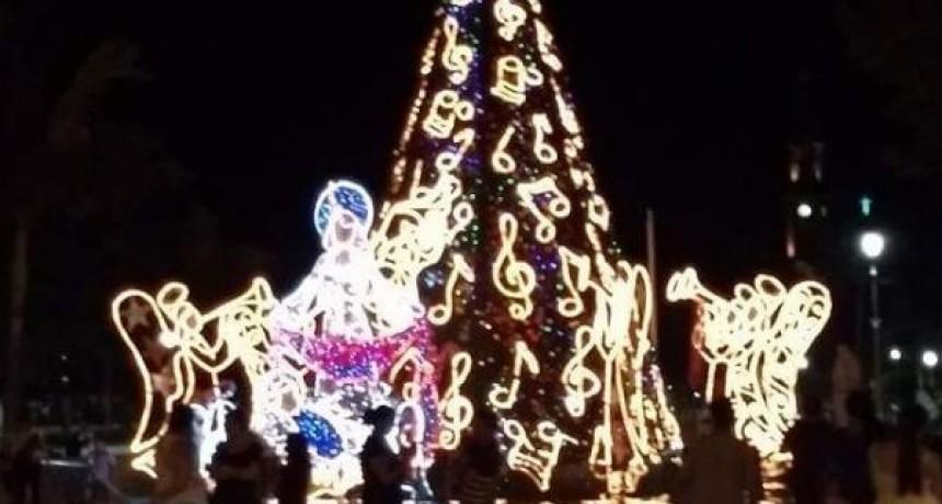 Ya destella esperanza el árbol de Navidad gigante de Reconquista